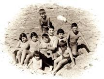 Com a mãe e os sete irmãos, na Azarujinha, 1957